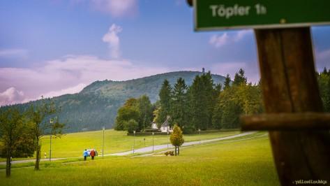 """Blick zum Hochwald vom Parkplatz am """"Kurhaus"""" Lückendorf"""