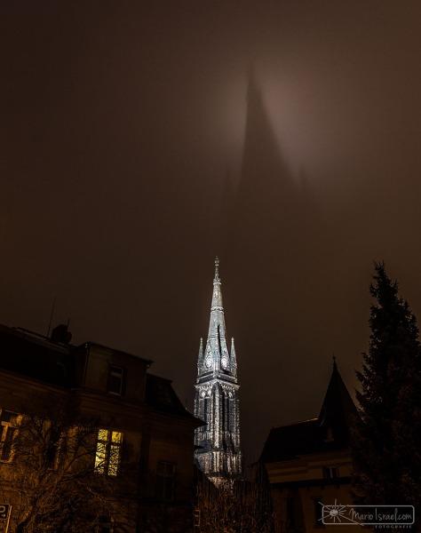 """Marienkirche Zittau mit von Spotlichtern und feinem Nieselregen geschenkten """"Heiligenschein"""" III"""